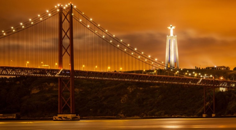 Ponte 25 de Abril by night